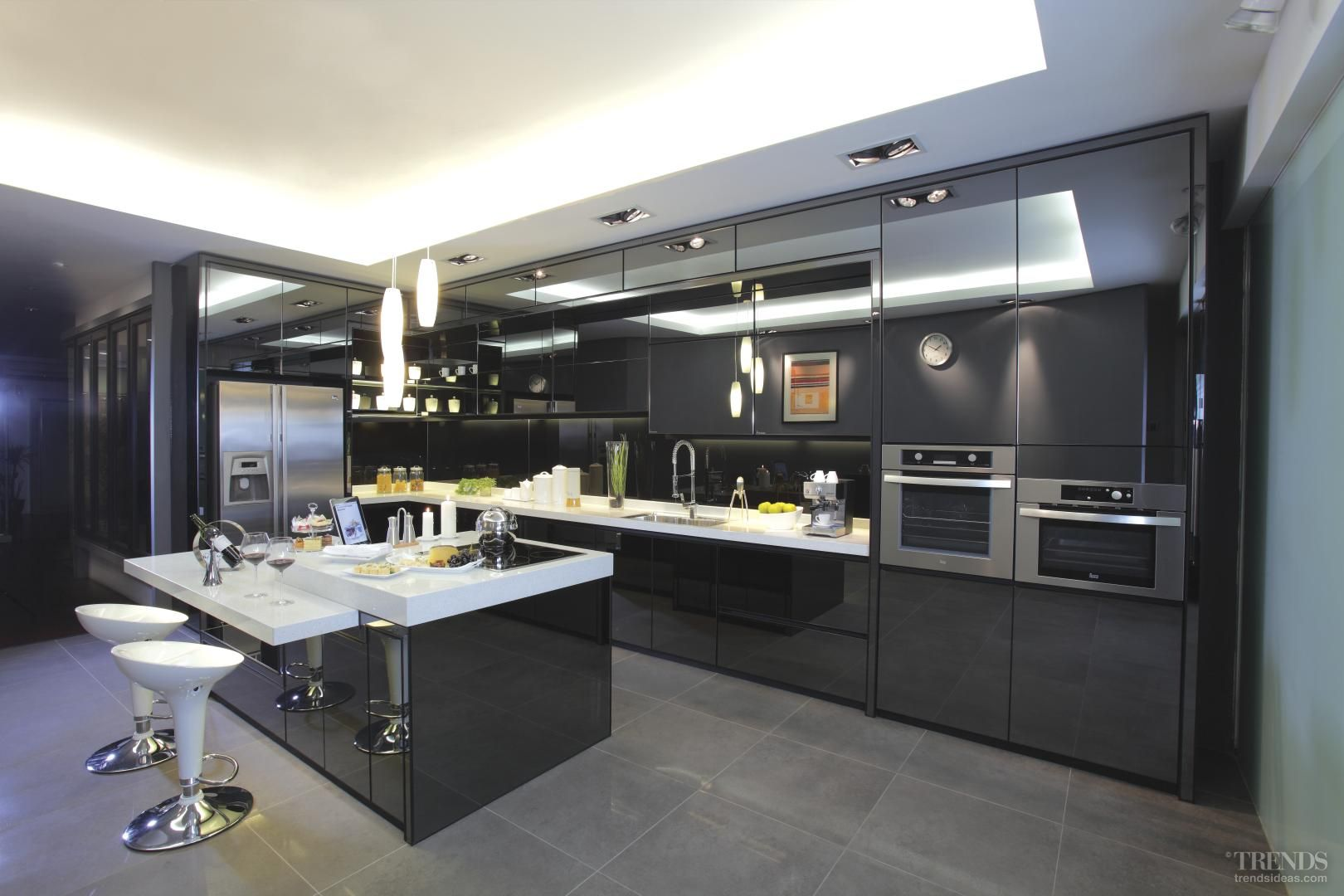 Black is back apresi kitchen in modern black is a for Kitchen set aluminium modern
