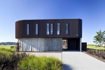 Courtyard-style beach house by David Ponting. Image: 6