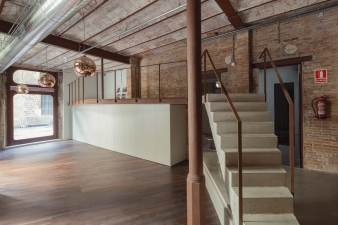 This revamped commercial space is located on the ground floor of a residential building built in the year 1900 in Barcelona's Ciutat Vella, the Old Quarter.