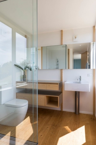 Ensuite bathroom in a small-medium 3-bedroom house by architect Gerald Parsonson