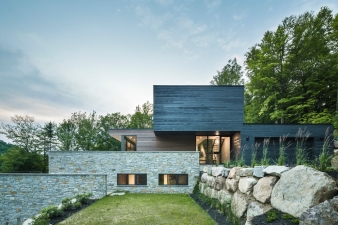 Estrade Residence achieves both privacy and connection to the landscape