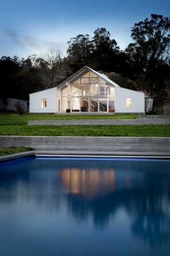 Dusk view across the swimming pool a home by Turnbull Griffin Haesloop