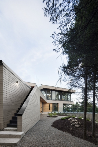 The two wings of this house by Bourgeois / Lechasseur architects form a V – like a bird in flight