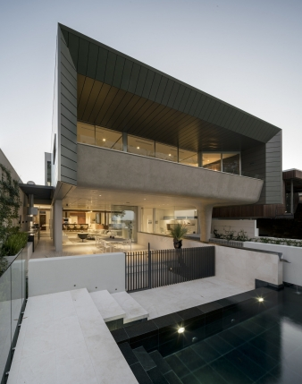 A strong cubic form hovers over this commanding site, providing strong visual connections to Mosman Bay & the Swan River