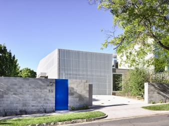 White aluminium screens cloak this new single residence in a suburban street in Kew, Melbourne