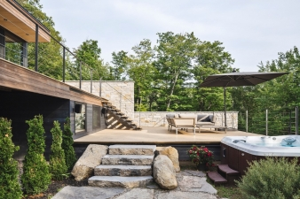 Spa pool and lower deck at the Estrade residence by Mu Architecture