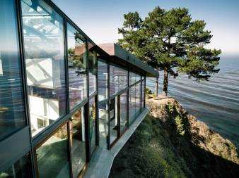 The all-glass façade to the north opens the house to the view