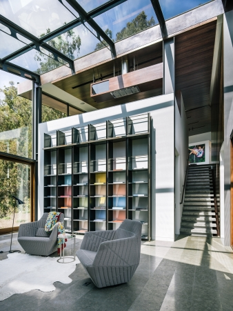 The main body of the house is composed of two rectangular boxes connected by an all-glass library/den
