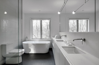 Bathroom in Montreal renovated home by Appareil Architecture