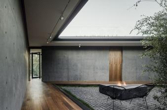 Courtyard area in Oak Pass House by Walker Workshop