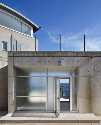 Steel, reinforced concrete, and Starphire glass were essential materials in the design