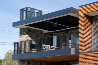 The architect placed the living area and master bedroom on the first floor at the front of the house – both with balconies facing the lake