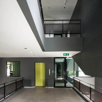 Each level receives natural ventilation thanks to the passages through the building structure