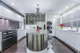 Sleek black and white Kitchen. Image: 5