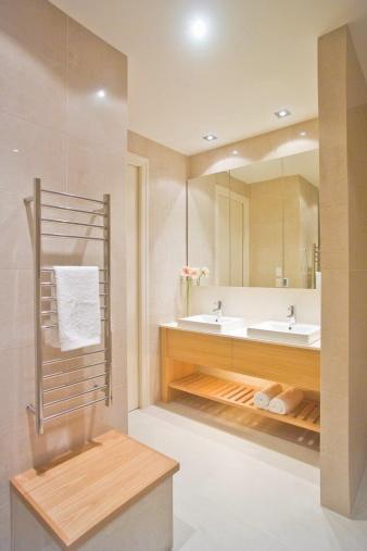 Modern En-suite Bathroom by Du Bois Design. Image: 1