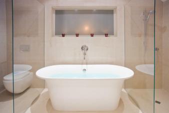 Modern En-suite Bathroom by Du Bois Design. Image: 2