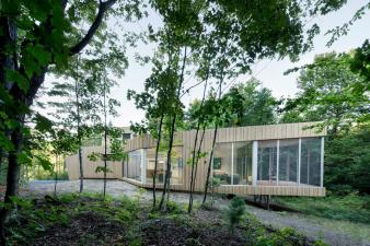 House on lakefront site by  Paul Bernier Architect