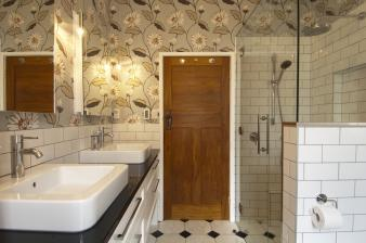 Wallpapered Bathrooms. Image: 7