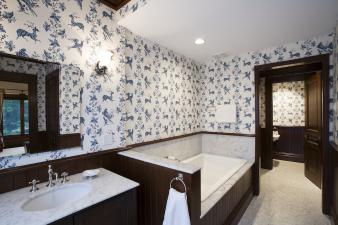 Wallpapered Bathrooms. Image: 5